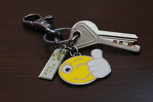 klíče s přívěšky.jpg