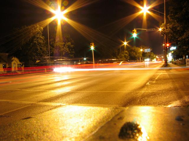večerní provoz na osvětlené silnici.jpg