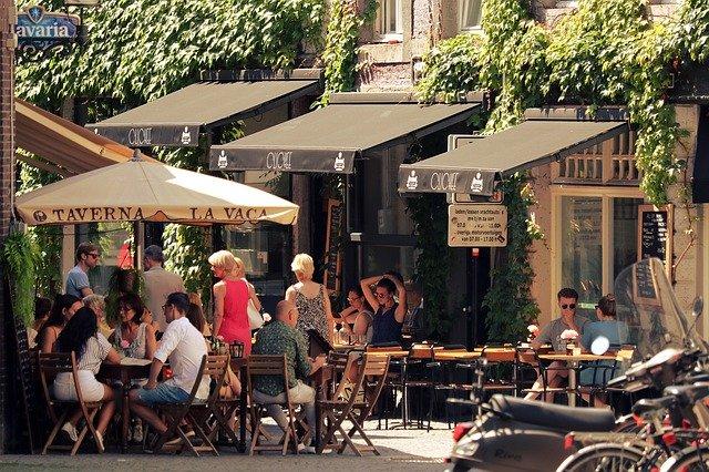 restaurace na ulici s možností posezení venku.jpg