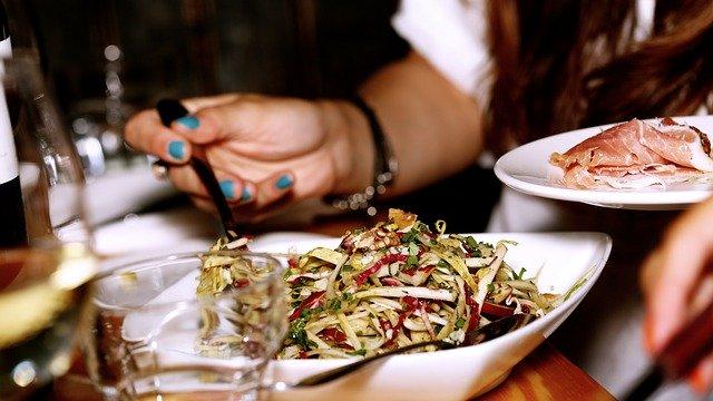 Pojídání jídla v restauraci.jpg