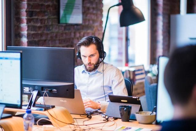 muž u počítače, kancelář