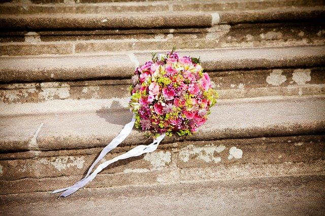 kytice položená na schodech